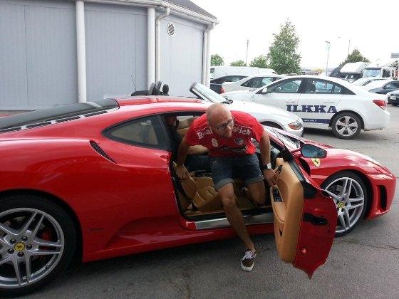 Juha Kivilehto poseerasi SPV:n julkistamistilaisuudessa Ferrarin kanssa.