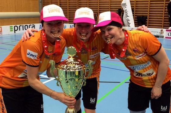 Mia Karjalaisen (vas.) ja Tiia Ukkosen (kesk.) Sveitsin mestarijoukkue Piranha Chur on myös mukana turnauksessa.  Kuva: Thomas Handl