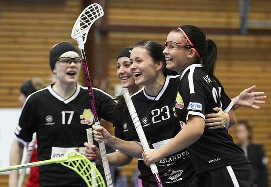 Emma Hartwall (oik.) iski 2-2-tasoituksen pelin ensimmäisellä kosketuksellaan. Kuva: Juhani Järvenpää