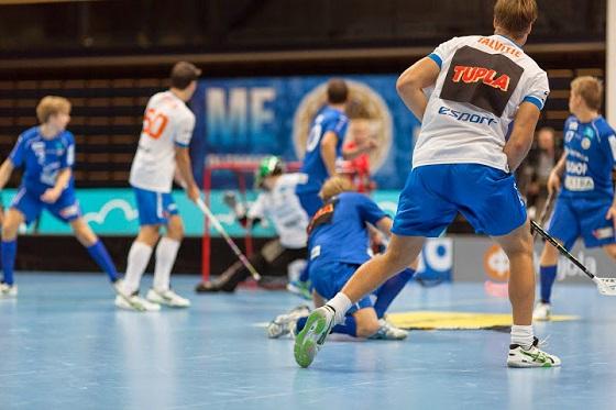 Kuvassa Ilari Talvitien toinen ja ottelun ratkaissut maali on juuri uponnut verkkoon. Kuva: Mikko Hyvärinen