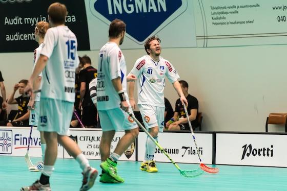 Tuomas Savukoski (numero 47) pelasi viime kaudella Divaria ÅIF:n riveissä. Alkavalla kaudella Savukoski luutii Loviisan Torin puolustuksessa. Kuva: Jari Turunen