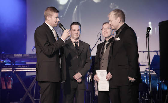 Salibandyliiton seuratoiminnan päällikkö Kim Sällström äänessä. Lavalla myös muun muassa Salibandyliiton toiminnanjohtaja Jari Kinnunen.