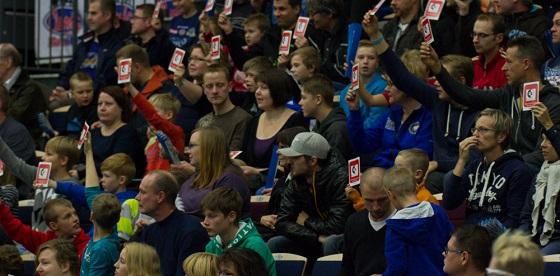 Ottelun teemana oli rasisminvastaisuus ja yleisö näytti punaista korttia rasismille jokaisen erän puolivälissä. Kuva: Topi Naskali