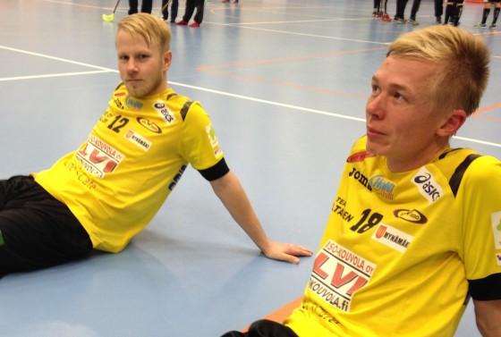 Matti Alivuotila ja Mikko Virtanen myhäilivät tyytyväisenä voittopelin jälkeen.