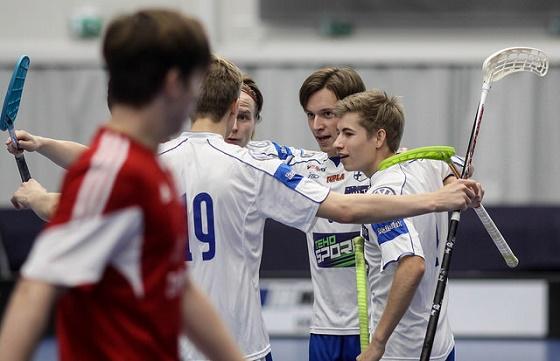 Eino Heinonen (oik.) ja Suomen koko ykkösviisikko on saanut tuuletella tänä viikonloppuna oikein urakalla. Kuva: Salibandyliiga