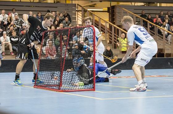Tätä ei enää edes Santtu Pohjonen torjunut. Janne Hoikkasen 2-0 syntyi lähietäisyydeltä. Kuva: Esa Jokinen