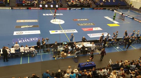 Suomi-Ruotsi-ottelussa toimitsijapöytä ja toimitsija kokivat kovia.
