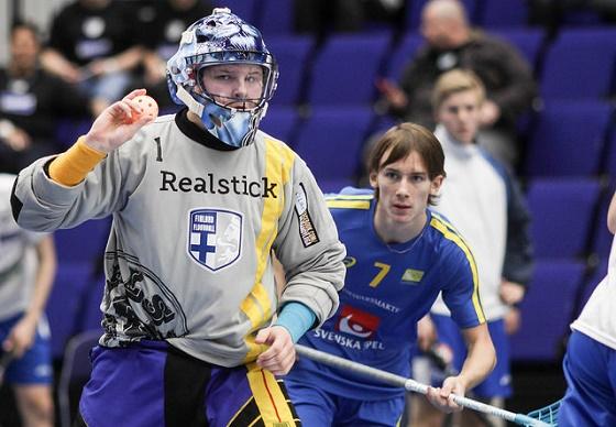 Santtu Pohjonen pelasi erinomaisesti Ruotsia vastaan ja valittiin ottelun sekä turnauksen parhaaksi maalivahdiksi. Kuva: Salibandyliiga