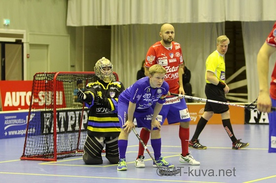 NST:n kapteeni Tuomas Arponen (kesk.) oli ilmiliekeissä Otahallin keskiviikkoillassa. Kuva: Markku Taurama