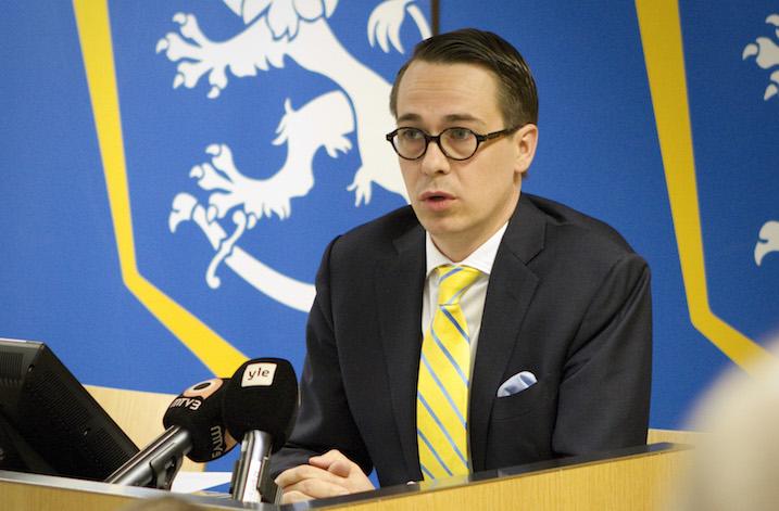 Ministeri Carl Haglund saapuu salibandyn MM-kisoihin, jos Suomi yltää finaaliin saakka. Kuva: Tiina Takala / Puolustusministeriö
