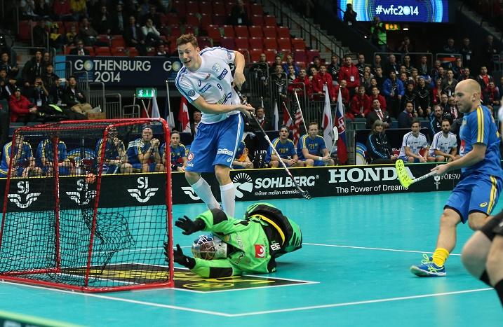 Tähtipakki Martin Östholm ihmetteli vierestä, kun Eemeli Salin vei Suomen 1-0-johtoon alivoimalla. Kuva: Salibandyliiga