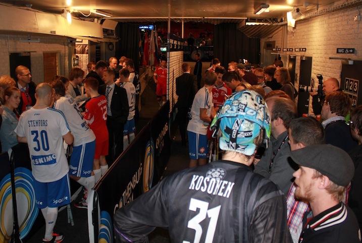 Maalivahti Eero Kosonen oli haluttu haastateltava MM-välierän jälkeen. Kuva: Timo Mäkynen