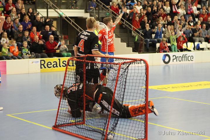 Mikko Kohonen(pun.) tälläsi pallon ilmasta sisään. Kuva: Juha Käenmäki.