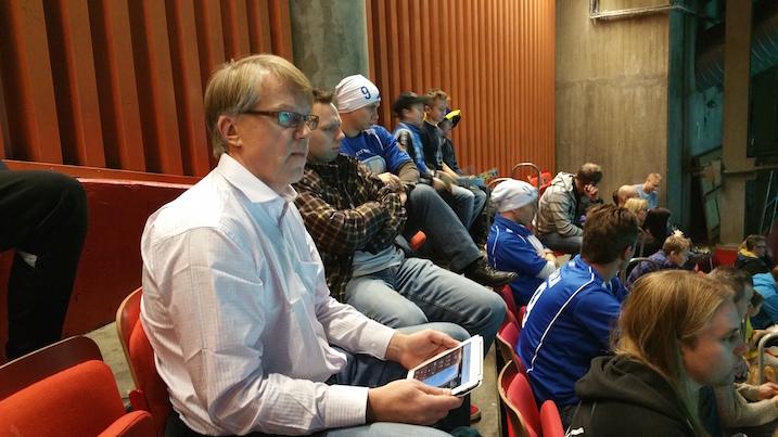 MyCoazh-mies ja Oona ja Veera Kaupin isä Jussi Kauppi paalutti, että Suomi vie 5–4. Kaupin mukaan pelissä on kaksi tärkeää pointtia: 1. Erotuomarit isossa roolissa, Suomi yrittää pelata ylikovaa ja tärkeää on se, että mihin kohtaan jäähyn raja vedetään. 2. Ruotsin maalivahti on yli-itsevarma. Häntä saa horjutettua yhdellä helpolla maalilla.