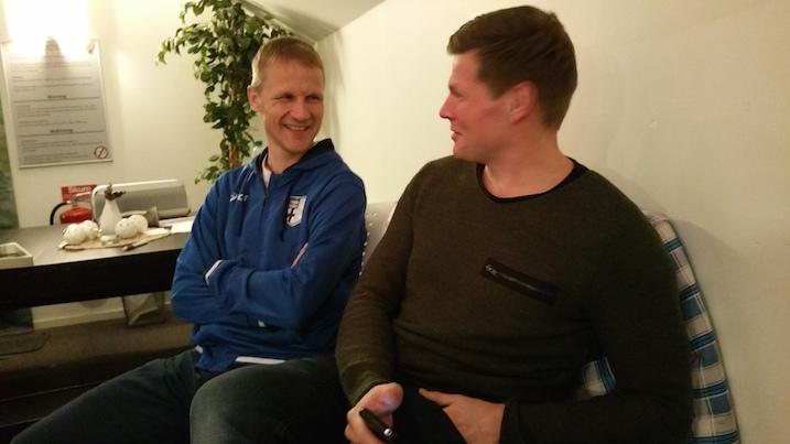 Suomen päävalmentaja Petri Kettusta ja Ylen AJ Sipilää nauratti kovasti.