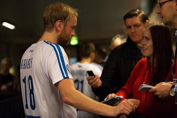 Lauri Kapanen oli ottelun jälkeen haluttu haastateltava ulkomaisen ja suomalaisen median  edustajien keskuudessa. Kuva: IFF