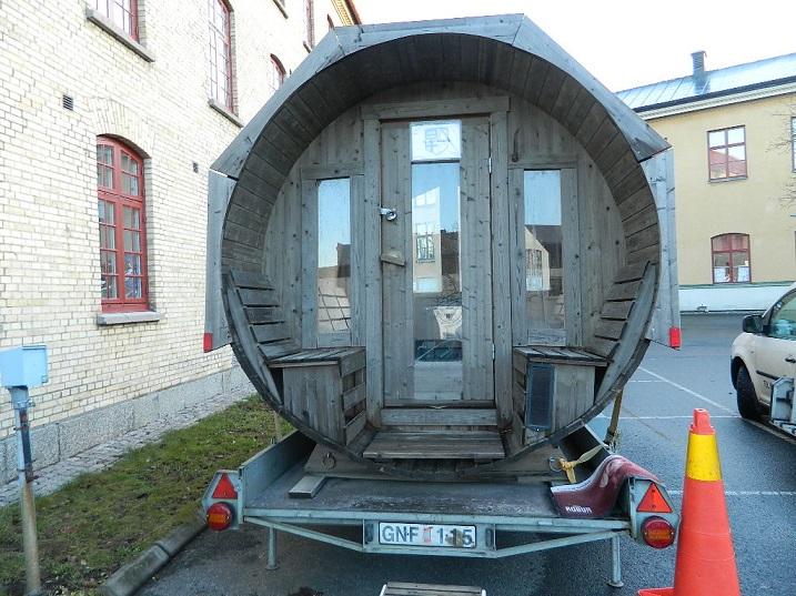 Majapaikan edessä oleva siirrettävä sauna on tilattu paikalle Göteborgista.