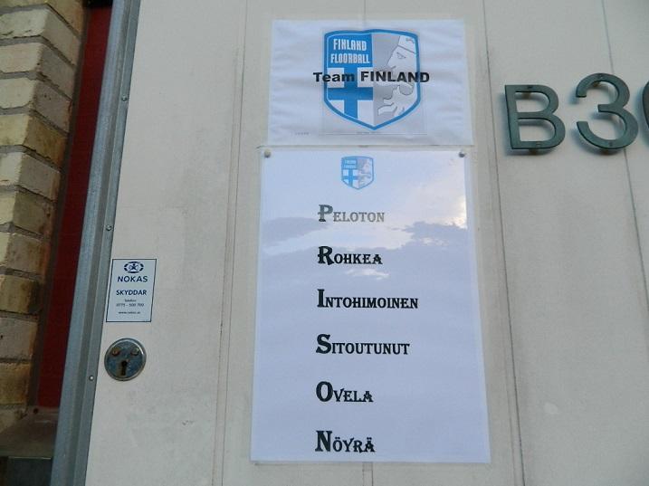 Oveen on kiinnitetty pelaajien itsensä määrittämät, joukkuetta kuvaavat adjektiivit.