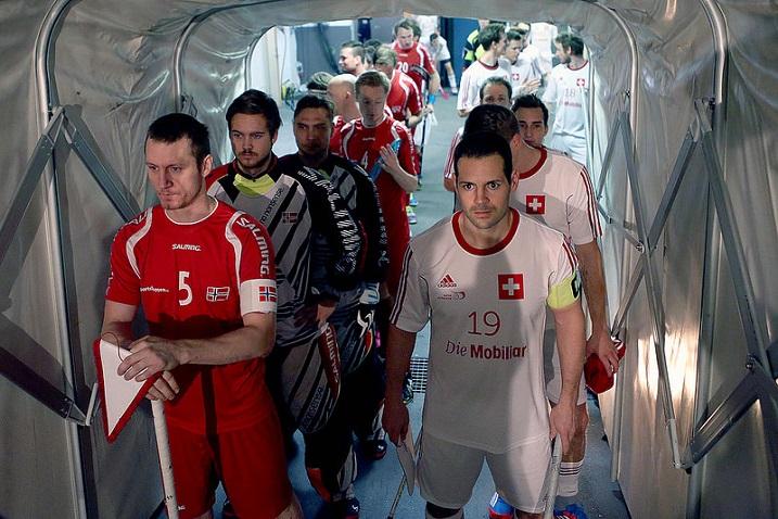 Norjan kapteeni Ketil Kronberg (vas.) vakuuttaa. Sveitsi ei puolestaan näytä mitalijoukkueelta. Kuva: IFF