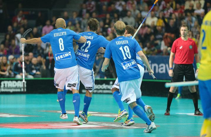 Suomen ykkösketju tuuletti salamamaaliaan MM-finaalissa. Kuva: Salibandyliiga