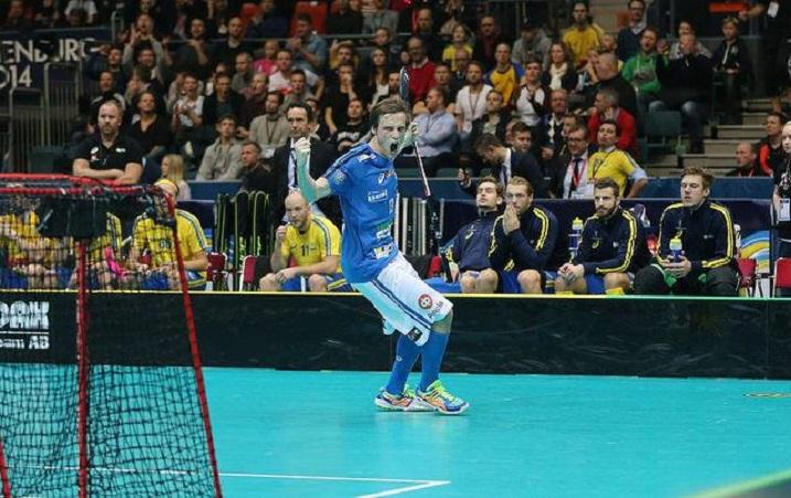 Risto Töllikön avausosuma MM-kisoissa  vei Suomen kahden maalin johtoon avauserässä. Kuva: Salibandyliiga