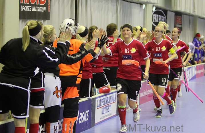 Naisten Salibandyliigan kärki on tasainen. Perjantain jälkeen Classic, SB-Pro ja NST ovat tasapisteissä. Kuva: Markku Taurama / Mt-kuva.net