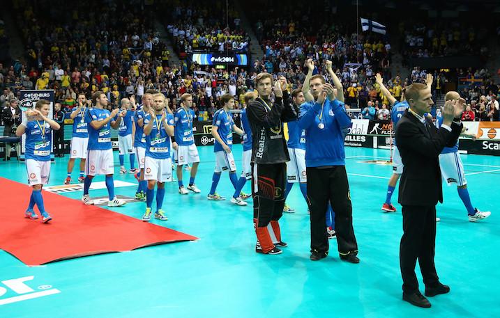 Päävalmentaja Petri Kettunen (oik.) sai Suomen lyöntiin MM-finaalissa. Kuva: Salibandyliiga