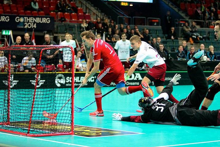 Tässä syntyy Sveitsin Manuel Maurerin 1-0 Latvian verkkoon. Kuva: IFF