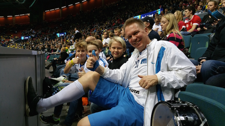 """Salibandyfani Tero Töyrylä veikkasi yllättäen Ruotsin voittavan 6–5. Perään hän kuitenkin lisäsi, että """"sydän sanoo kyllä muuta, Suomi voittaa""""."""