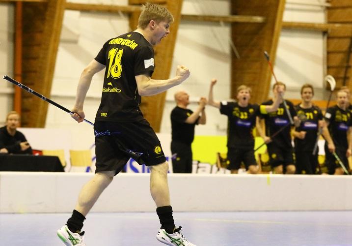 Indiansin Lasse Lundström vei joukkueensa 4-3-johtoon Erää vastaan. Kuva: Salibandyliiga/Juhani Järvenpää