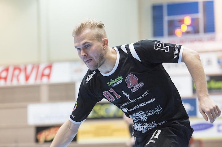 Jami Manninen upotti nätin rangaistuslaukauksen SPV:n Julius Kivimäen selän taakse. Kuva: Esa Jokinen.