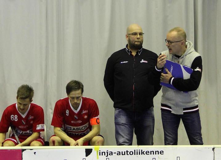 Antti Ruokosen (oik) Josba nappasi heti voiton. Ruokosen vasemmalla puolella Josban päävalmentaja Petri Torni. Kuva: Markku Taurama / mt-kuva.net