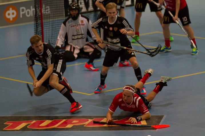 Arvid Vonk (nro.51) loukkaantui Kooveen ja SSV:n välisen ottelun alkulämmössä saatuaan pallon silmäänsä. Kuva: Topi Naskali