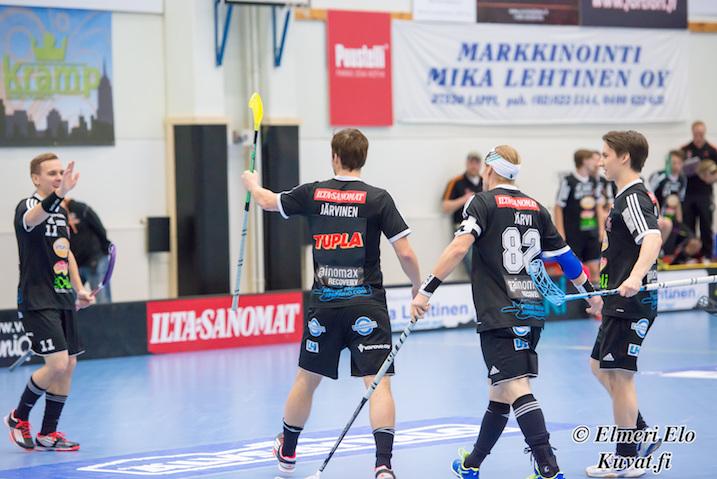 Juho Järvinen nakutteli TUPLA-mainos selässään jälleen 3+1 tehot. Tällä kertaa kaatui Raumalla SalBa. Kuva: Elmeri Elo.
