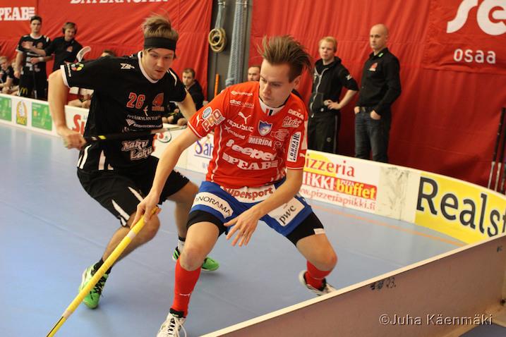 SPV:n Niko Raunio (pun.) otti eilen vaarallisesta pelistä kaksi jäähyä. Kummatkin tulivat samasta tilanteesta. Arkistokuva: Juha Käenmäki.
