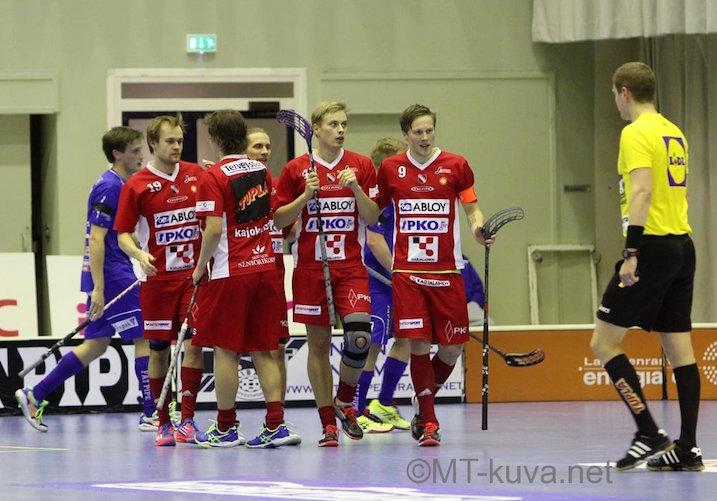 Jarkko Nurmela (toinen oikealta) kuritti vanhaa seuraansa urakalla. Kuva: Markku Taurama / mt-kuva.net