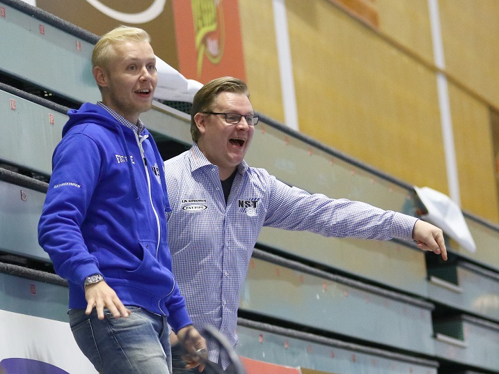Janne Kytösalmi (kuvassa vasemmalla) oli mukana alkukauden NST:n valmennustiimissä. Kuva: Salibandyliiga