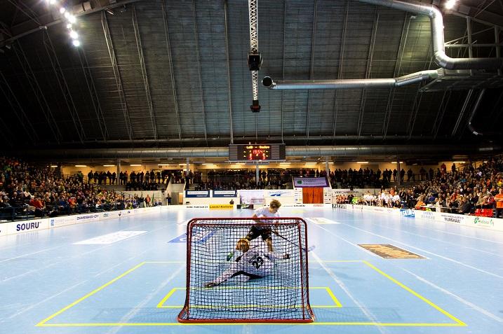 Divarin pörssikärki Ville Lastikka yrittää kuvassa ujuttaa maalia rankkarista. Ei maalia tällä kertaa. Kuva: Mika Virtanen