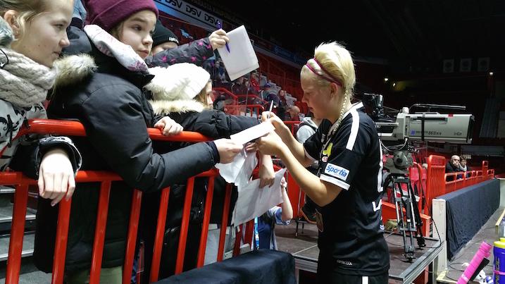 Pettymyksestä huolimatta My Kippilällä oli finaalin jälkeen aikaa jakaa nimikirjoituksia. Kuva: Jussi Ojala