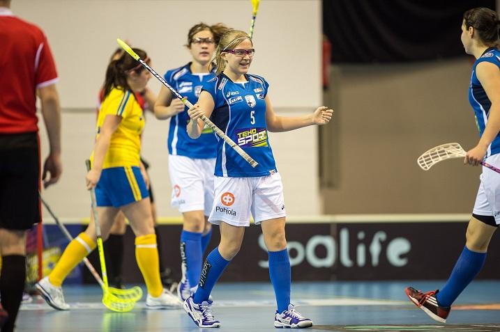 Veera Kauppi on tyttöjen maajoukkueen tähtipelaaja. Kuva: Salibandyliiga (viime vuoden Ruotsi-otteluista)