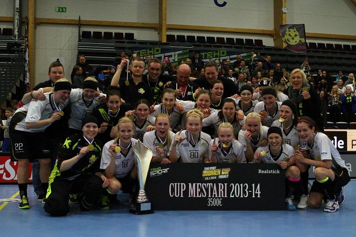 SB-Pro juhli viime vuonna naisten Suomen Cupin voittoa. Kuva: Salibandyliiga
