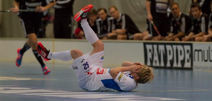Tommi Merto piteli tuskaisena kasvojaan saatuaan pallon silmäänsä. Kuva: Topi Naskali