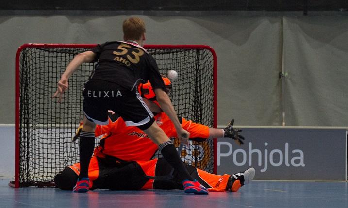 Tuomas Aho iski näyttävän rankkarimaalin Pekka Niemisen selän taakse. Nieminen kommentoi ottelun jälkeen, että ei ole varma löyttäkö enää kotiinsa. Kuva: Topi Naskali