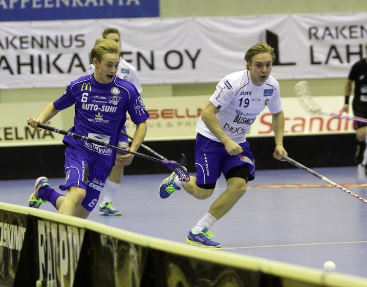 NST:n A-juniori-ikäinen Miika Turunen sai paljon vastuuta Erää vastaan ja yrittää tässä pysäyttää 1+1 tehtaillutta Tuomas Iiskolaa. NST:llä oli kokoonpanossaan ainoastaan 13 kenttäpelaajaa. Kuva: Markku Taurama