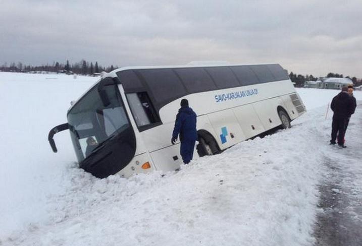 Tällä kertaa oli onni onnettomuudessa, kun Josba bussi suistui tieltä. Kuva: Jami Huhtala