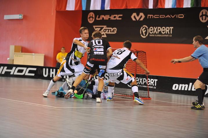 Lajunen (vas.) puolustamassa Grünenmatt-maalia. Kuva: Damian Keller / unihockey.ch.