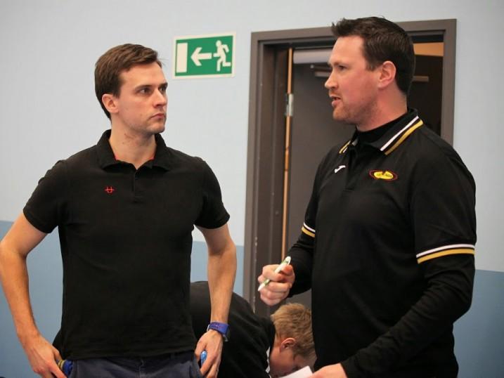 LNM:n päävalmentajan Jarmo Härmän (vas.) mukaan oululaisella salibandyn kannalta on tärkeää, että seurat saavat välinsä kuntoon. Kuva Jarmo Jokila