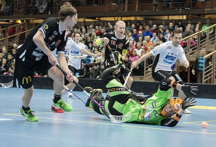 Kuvassa vasemmalla pyyhältävä Juuso Heikkinen iski tehot 3+1 SSV:n verkkoon. Happee voitti ottelun 2-7 ja voitti miesten Salibandyliigan runkosarjan. Kuva: Esa Jokinen (ottelusta Happee-Classic)