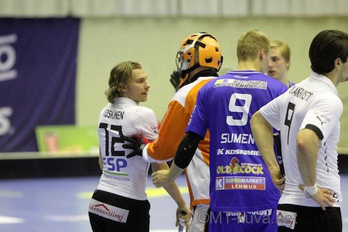 TPS:n Topi Kanervisto, 21, (oik.) näki punaista NST:tä vastaan. Kuva: Markku Taurama / mt-kuva.net