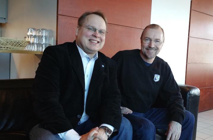 Kuvassa miesten maajoukkueen uusvanha joukkueenjohtaja Kimmo Nurminen (vas.) ja Salibandyliiton huippu-urheilupäällikkö Jari Oksanen.